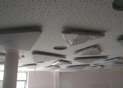 Akustické panely na stropě