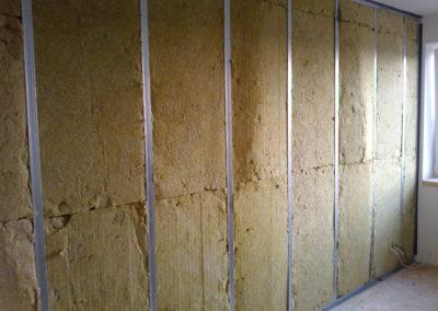 Akustický absorbér v konstrukci stěny