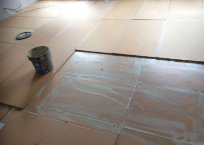 Odhlučnění podlahy - lepení Wolf TRI 15 na podlaze